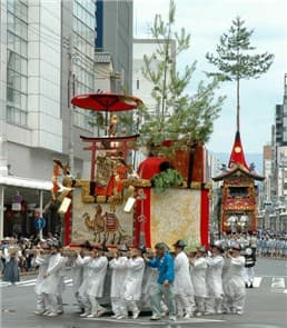 祇園祭山鉾巡行-min
