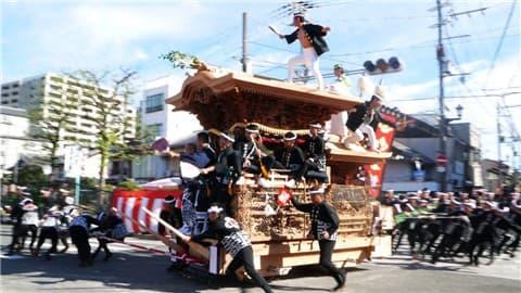 岸和田だんじり祭りやりまわし-min
