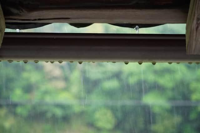 窓の外は雨-min