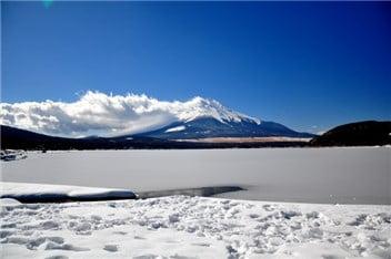 湖(解け始め)-min