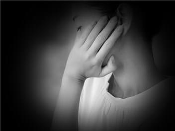 悩む女性-min